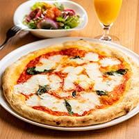 当店自慢のピザは一枚一枚職人が丁寧にピザ釜で焼き上げます