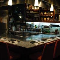 目の前で職人技を愉しむ、臨場感溢れるオープンキッチンのカウンター席