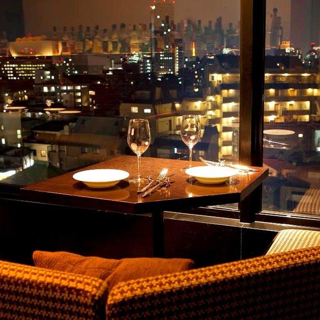 窓際ゆったりソファーや広々カウンターから眺める神楽坂夜景