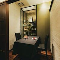 ゆっくり過ごせる上品な個室、モダンな空間