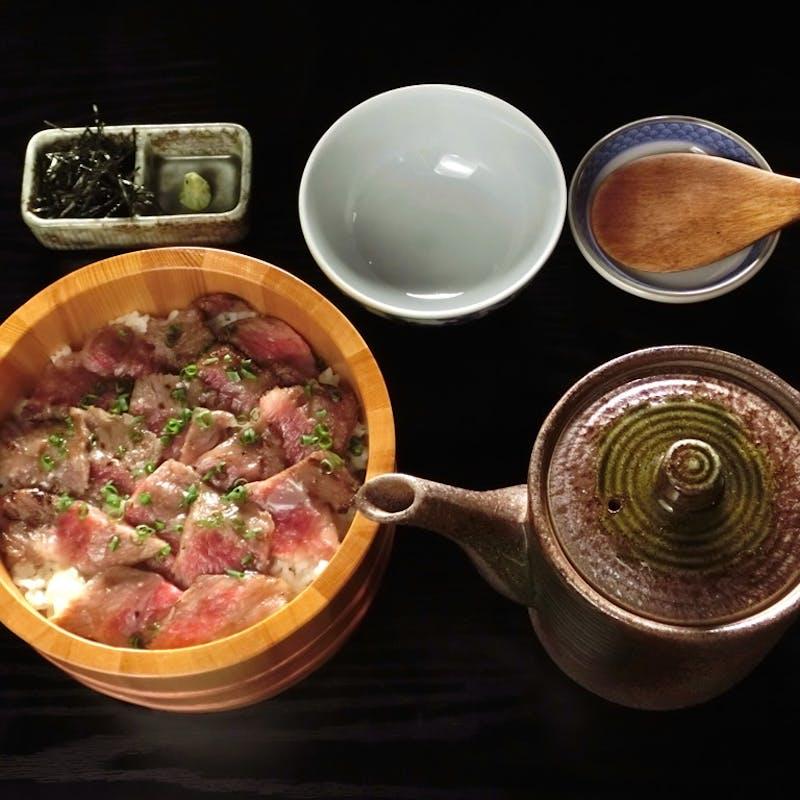 【飛騨牛塩まぶし丼】飛騨牛丼、胡麻豆腐、小や町プリンの全3品(リクエスト予約)