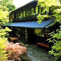 日本庭園を眺めながら懐石料理を愉しむ