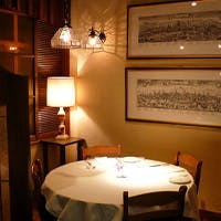 トスカーナの一軒家リストランテを思わせる、暖かみのある空間