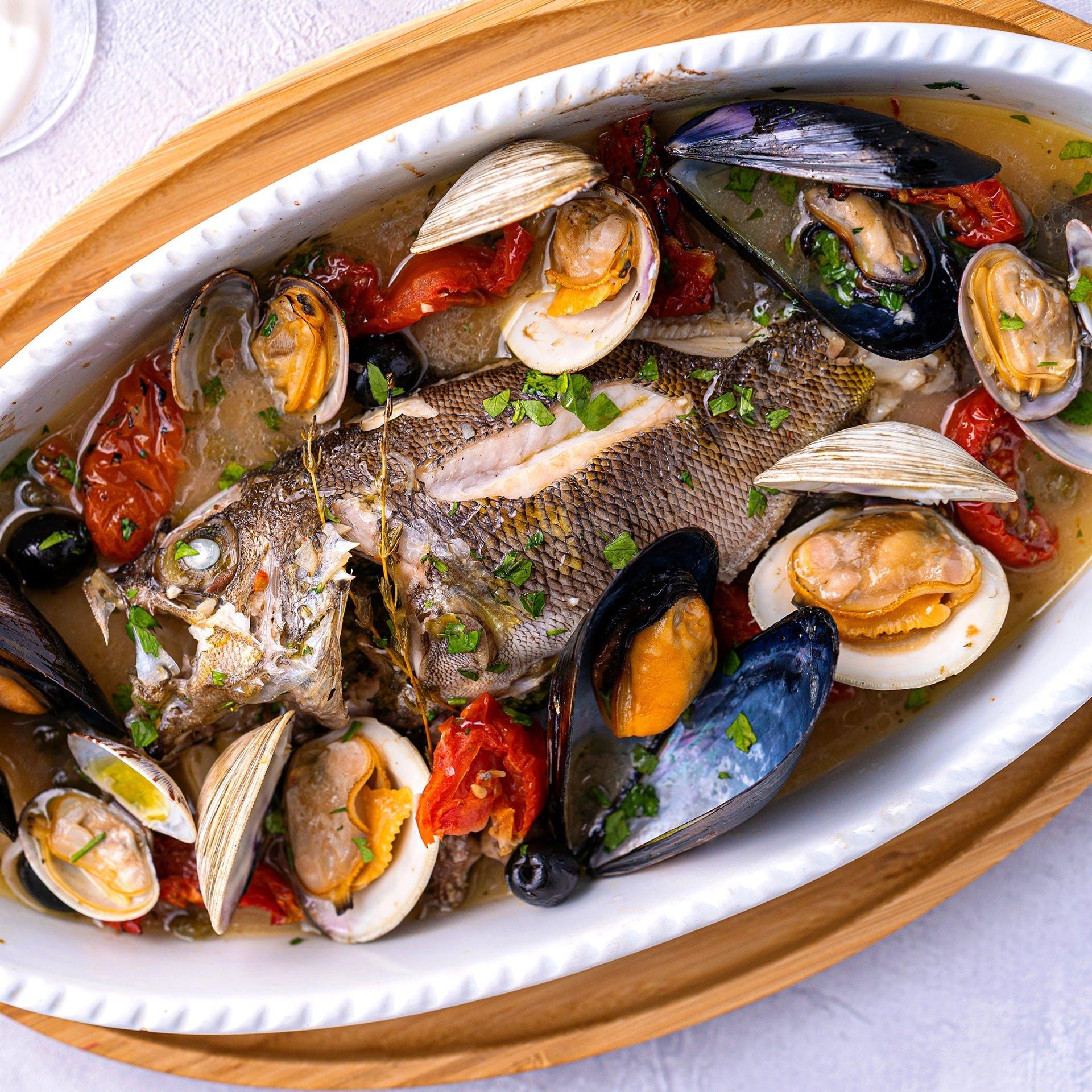 豊洲直送の旬の野菜や魚介の素材を活かしたダイナミックなメニュー