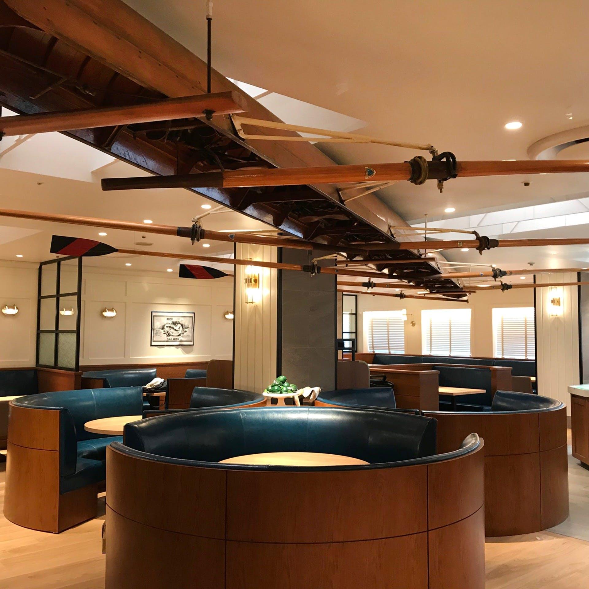 明るく、ここちよいアメリカ西海岸のシーフードレストランをイメージした空間