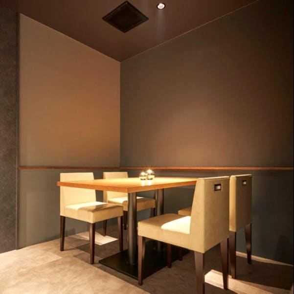 黒を基調とし、カウンター5席とテーブル1席のみの上質な大人空間