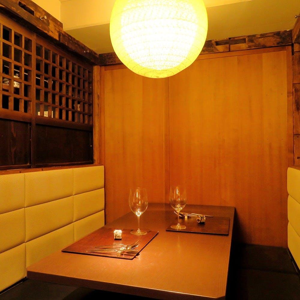 古民家のような古木を使い和の内装 全室個室でゆったりとした時間の流れを提供