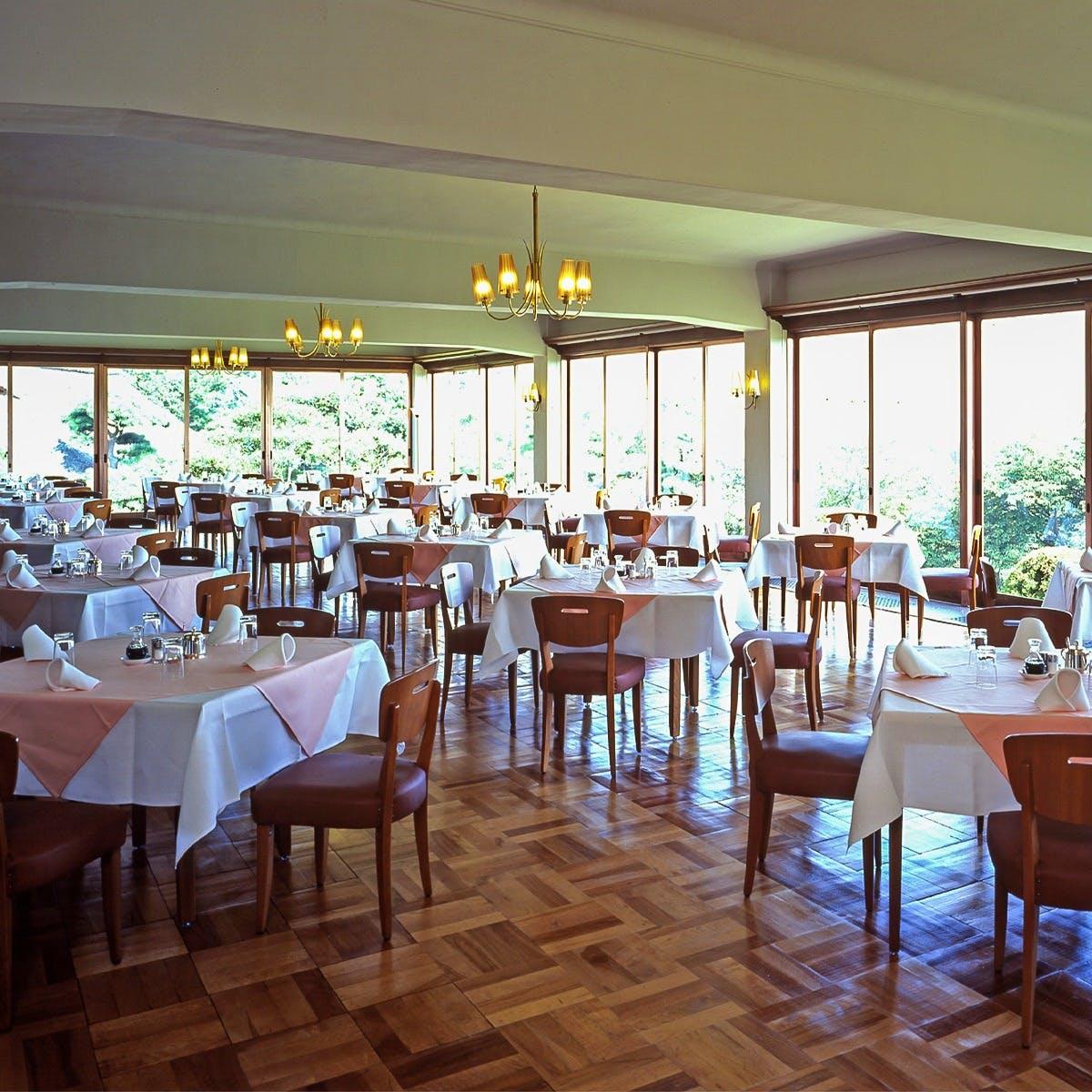 大きな窓で明るいレストラン