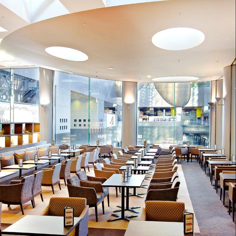光が差し込む全面ガラス張りの空間とモダンな装飾