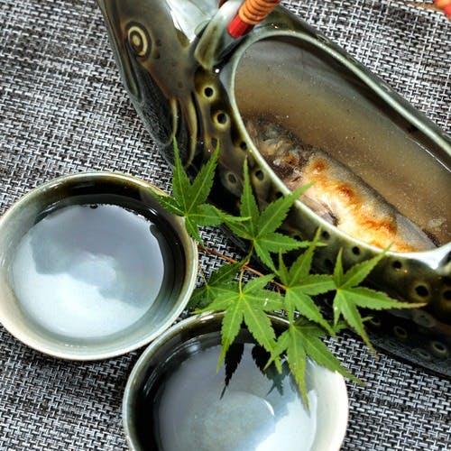 香ばしく焼いた川魚の「骨酒」