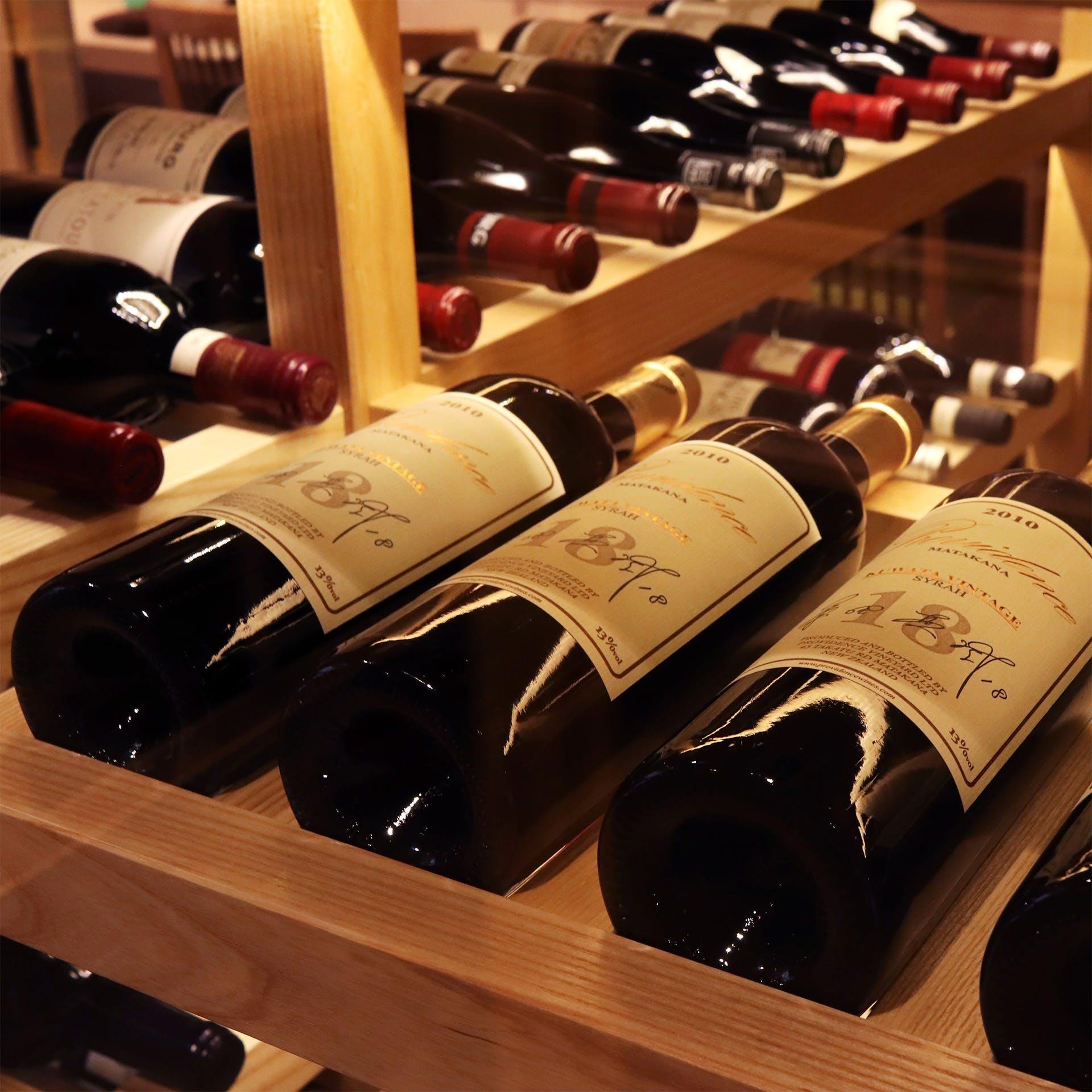 D.R.C等の希少ワインや日本酒も並ぶ充実のワインセラー