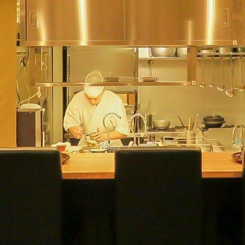 カウンターから臨む厨房