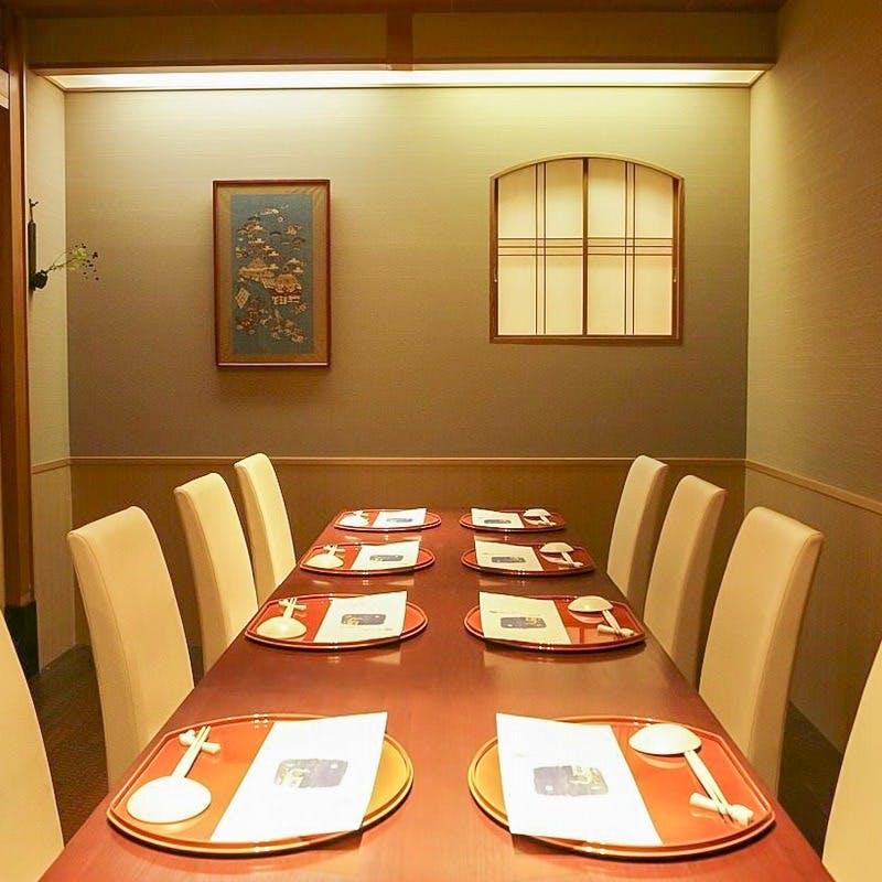 窓横の夜景席や大型個室まで完備