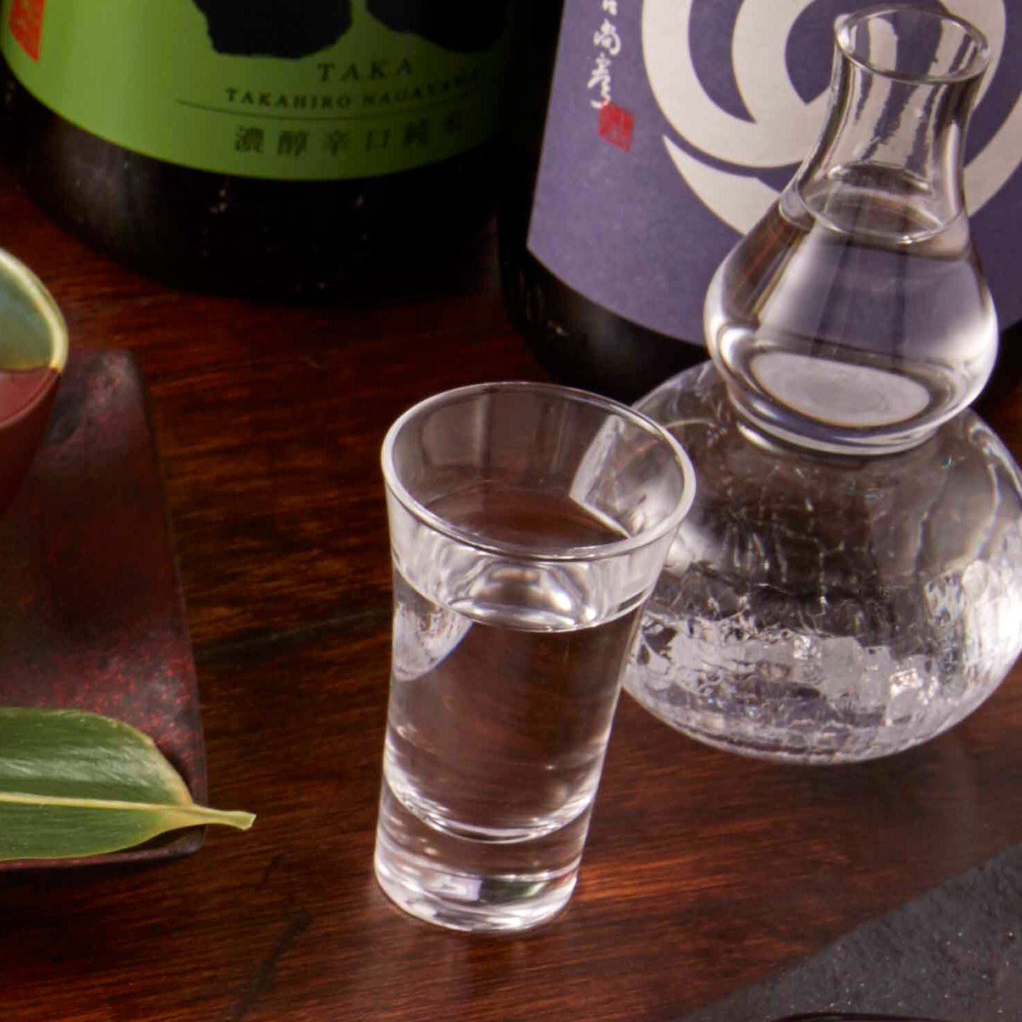 豊富に取りそろえる日本酒とワイン