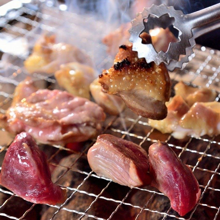 厳選鶏の濃厚な旨みを炭火焼きで