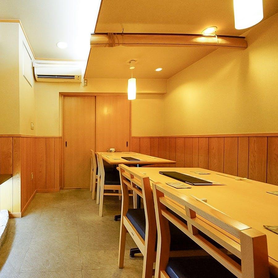 緩やかで賑わう空間での和食とお酒を