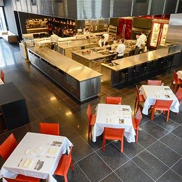 柱一つない大空間に、臨場感あふれるオープンキッチン
