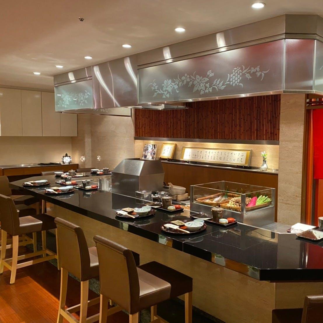目の前で揚がる天ぷらを愉しめるカウンター席が魅力、会食にはテーブル席も