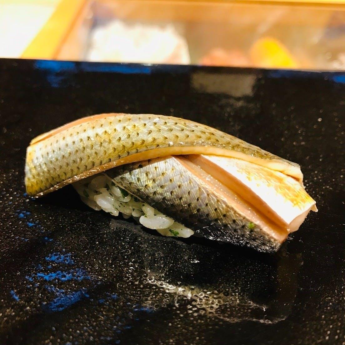 丁寧に握る鮨と、至高のつまみ