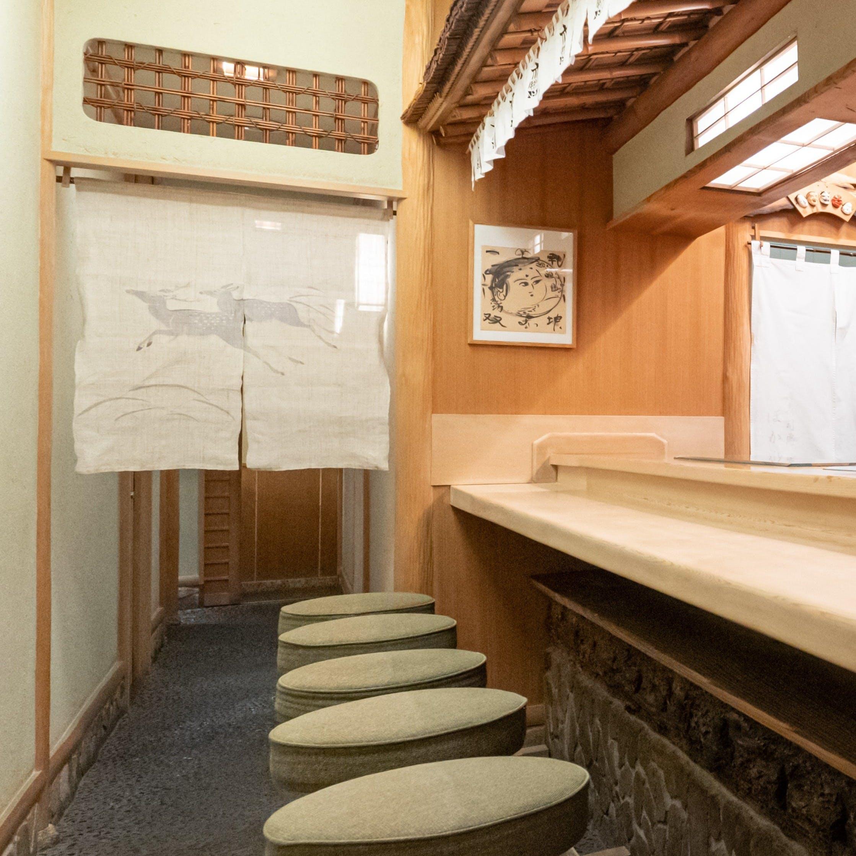 往時を偲ばせる、木曽檜の一枚板のカウンター