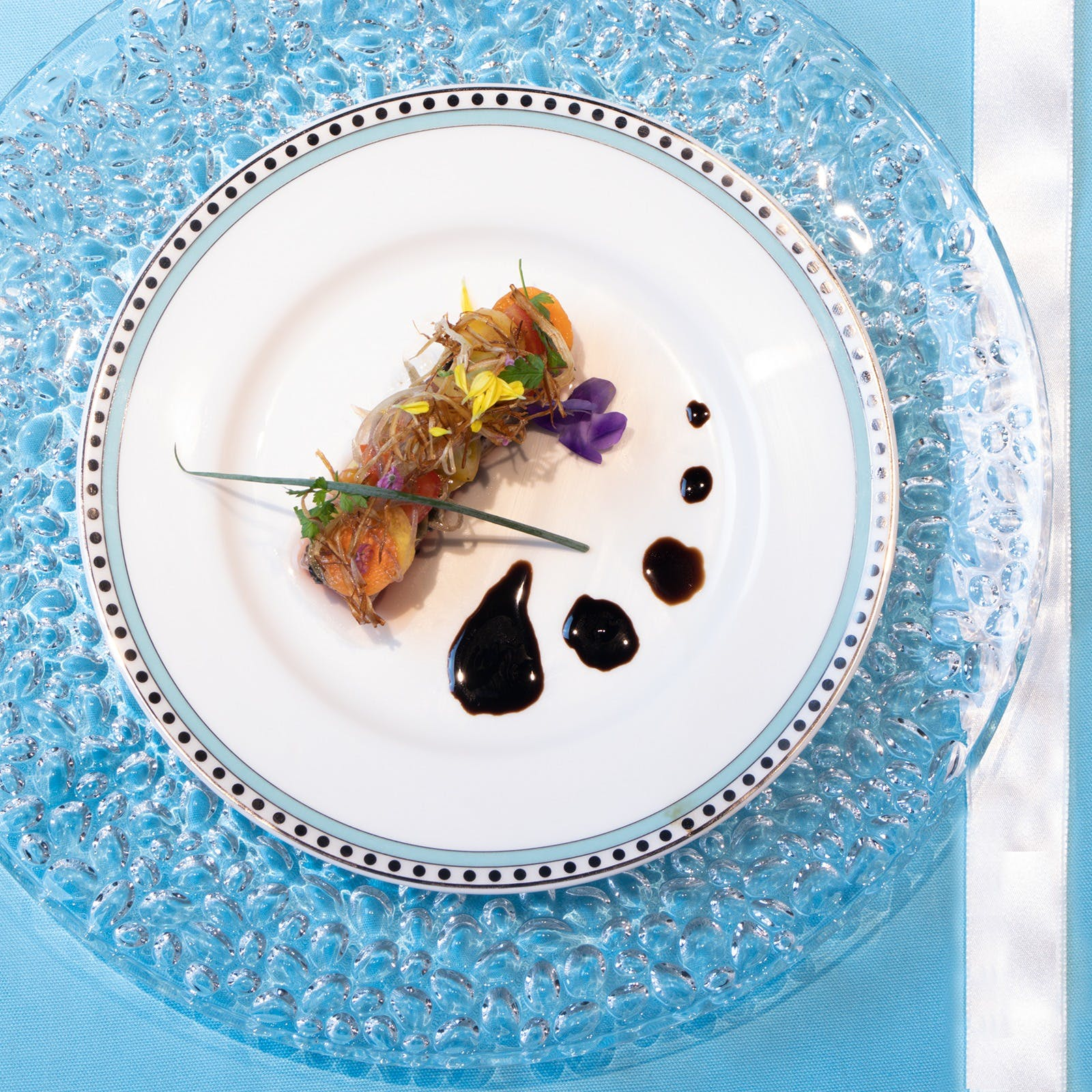 豪華食器と寿司、フレンチ料理の融合