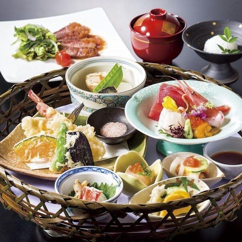 【彩り遊膳 竹籠盛り】先付、小鉢、お造り、煮物、和牛ステーキ、天ぷらなど
