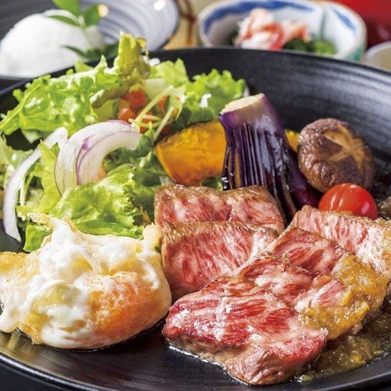 【和牛ステーキ膳】和牛ステーキ、フライドエッグ、焼き野菜、小鉢、茶碗蒸しなど