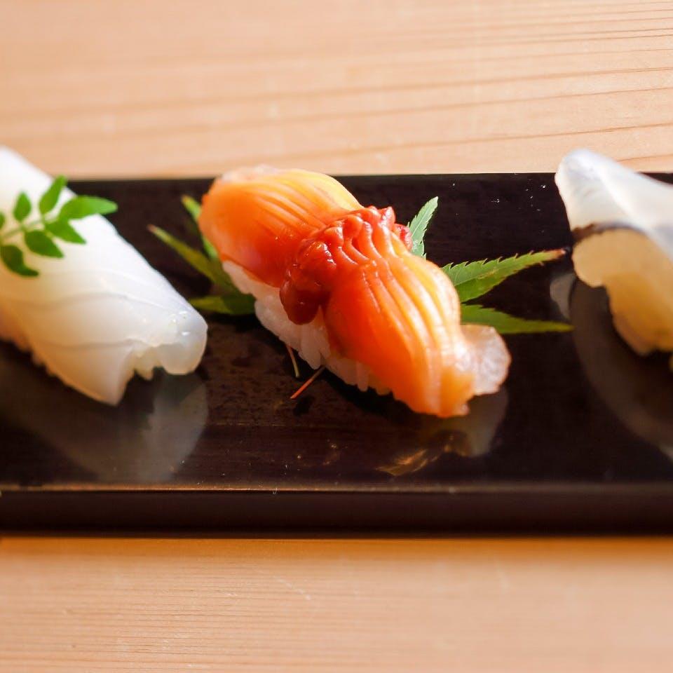 四季折々の景観を見晴らせるカウンター席で匠の寿司を味わう