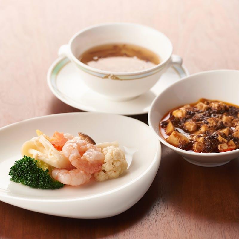 【菫ランチ】サラダ、スープ、小鉢、週替わりメイン2種、デザートなど全7品