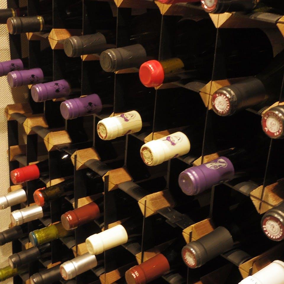 立派なワインセラーに並ぶ各国厳選のワインの数々