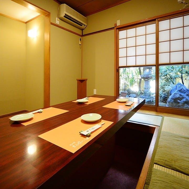 和モダンなカウンターやテーブル席、個室も完備