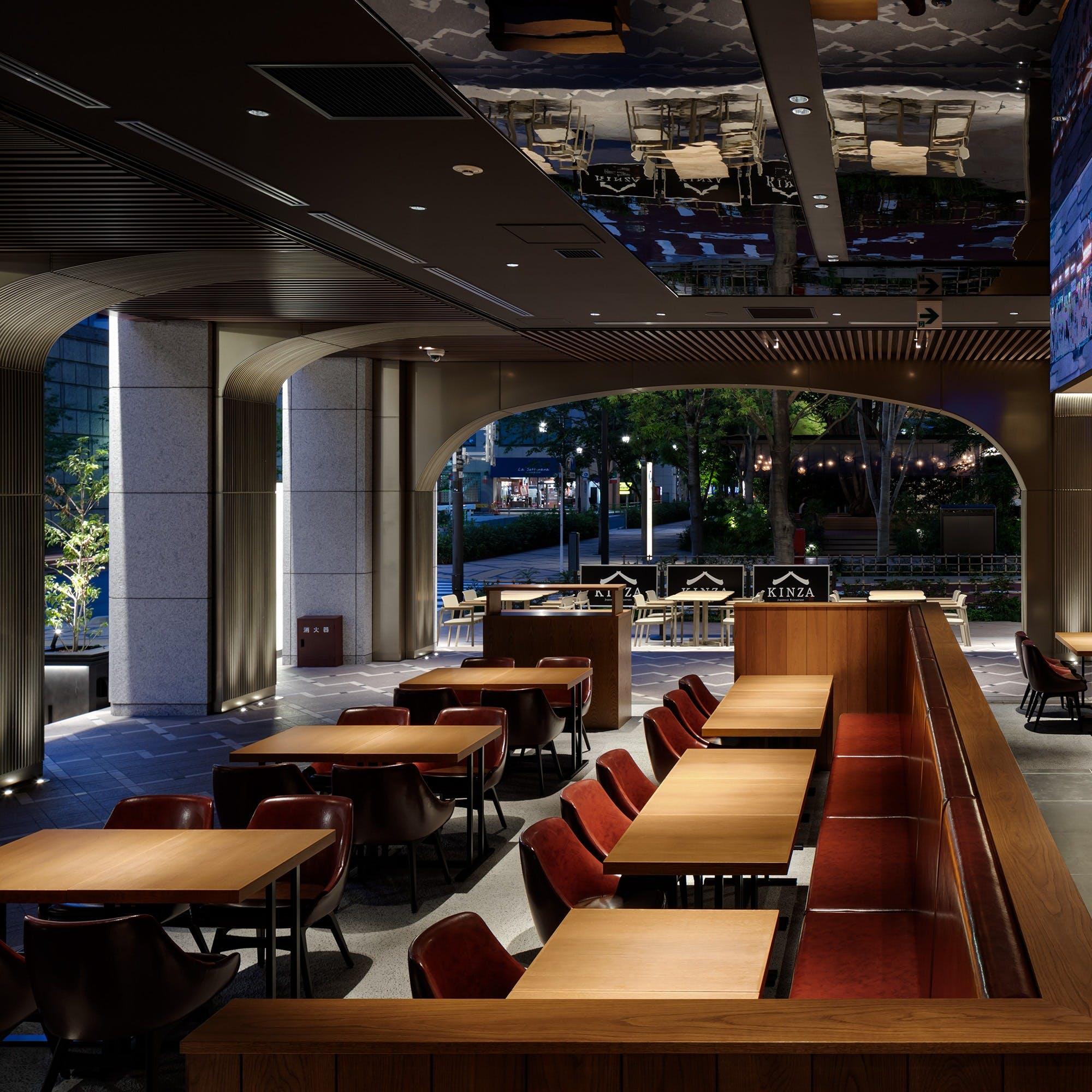 洗練された空間と都会の風を感じるテラス席