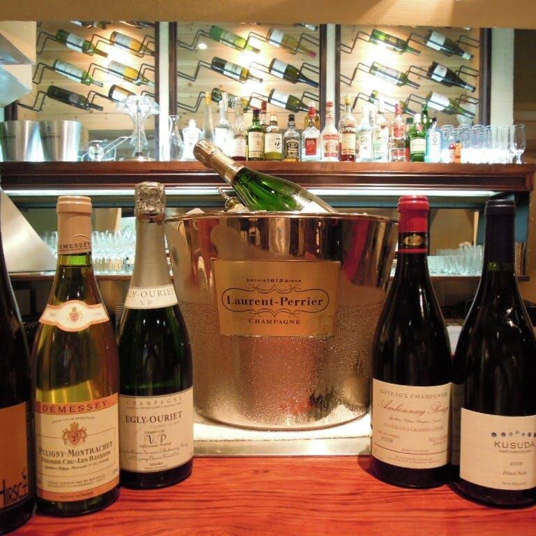 豊富に取りそろえる世界各国のワイン