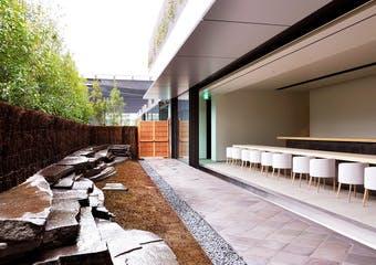 新橋花柳界に本店をおく「金田中」が運営する和のカフェ。現代美術作家杉本博司氏の手がける内装の中、旬の食材を使用した日本料理をお楽しみ下さい。