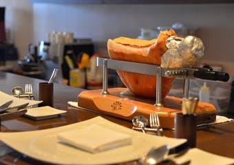 海外有名レストランで研鑽を積んだオーナーシェフが贈る。オープンキッチンのカウンターのみの小さなイタリアンレストラン。