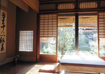 大正時代のお屋敷で四季折々の情緒を感じる庭園を眺めながら、目にも美しい本格的な日本料理をお愉しみください。