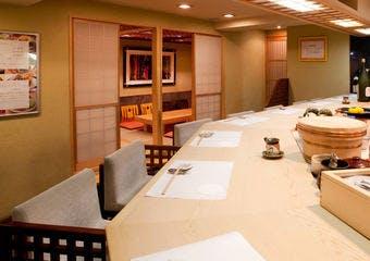 有名店で修業した鮨職人が握るお鮨と和食を「おまかせのコース」で提供しています。