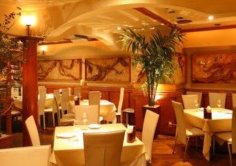 著名人もお忍びで訪れる麻布十番の老舗イタリアン。当店自慢の熱々鉄板ピザ、パスタ、メイン、デザートと100種類以上のお料理をお楽しみ頂けます。