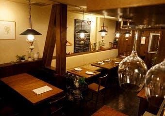 駒沢大学駅から徒歩2分の気取らないアットホームな空間で、フランス、イタリアの田舎料理を主軸とした豊富な料理をお楽しみください。