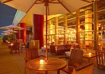 DFS T Galleria.店内で沖縄の中心地、那覇市おもろまち駅直結の大型リゾートレストラン。 お洒落で優雅に幅広いメニューをお楽しみください。