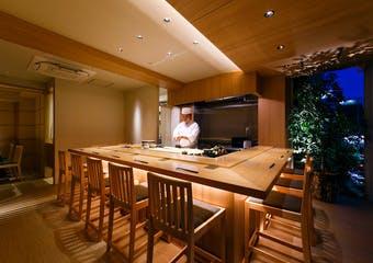 居心地のよいゆったりとした空間で、こだわりの赤酢のシャリで握る本格江戸前寿司を、美味しいお酒と共にご堪能いただけます。