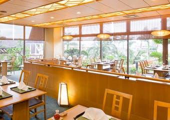 穏やかな灯りが温かな和空間で、四季を彩る旬の食材と滋味深い郷土の食材を日本料理の繊細な味仕立てでおもてなしいたします。