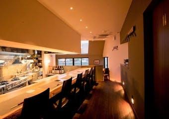 本格的な創作和食をカジュアルに楽しめる大人の隠れ家。「食べた瞬間においしいと感じる料理」をモットーに、丁寧かつ華麗な技を披露します。