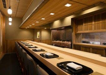 料理長吉澤定久氏がまずは食材ありきという考えを体現し、素材の持ち味を最大限に引き出すよう余計な手は加えない料理を提供しております。