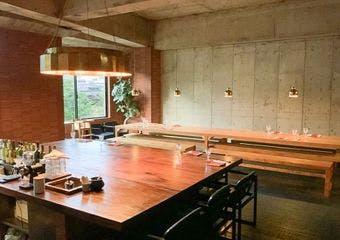 開放的なキッチンの真ん中に大きな窯を据えた店内で、旬の美味しさを最大限に引き出したクリエイティブな料理をお愉しみいただけます