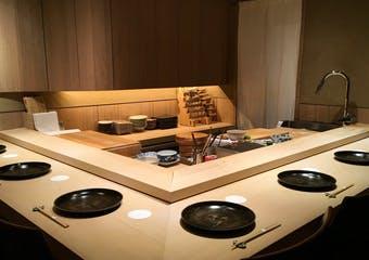 洗練された上質な空間で、一度食べたら忘れられない記憶に残る大阪の江戸前鮨をこころゆくまでご堪能ください。