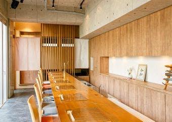 白金台の閑静な住宅街に位置し、江戸の昔から継がれる杜を背景にたたずむ日本料理店です。素材本来の味を活かした優しい味わいをお楽しみ頂けます。