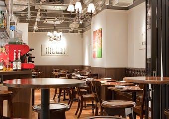 本場イタリアの空気が漂う繊細な料理とアットホームな雰囲気で妥協を知らないスタッフが気合と笑顔でお客様をお迎えします。