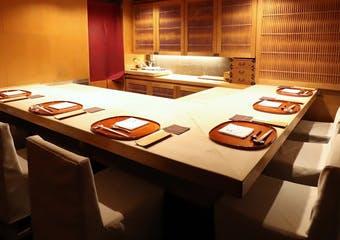四季折々の恵みを携えた旬のお野菜や魚介を中心に厳選。京都で研鑽を積んだ料理人が織り成す、丁寧に作られた日本料理を心ゆくまでご堪能ください。