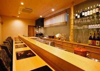 主人は大阪で修行を重ねたのち、飛騨高山の高級旅館で料理長を12年間務め、ふるさと京都府舞鶴市で女将と共に2014年、「京都舞鶴ARIYOSH」Iを開業。